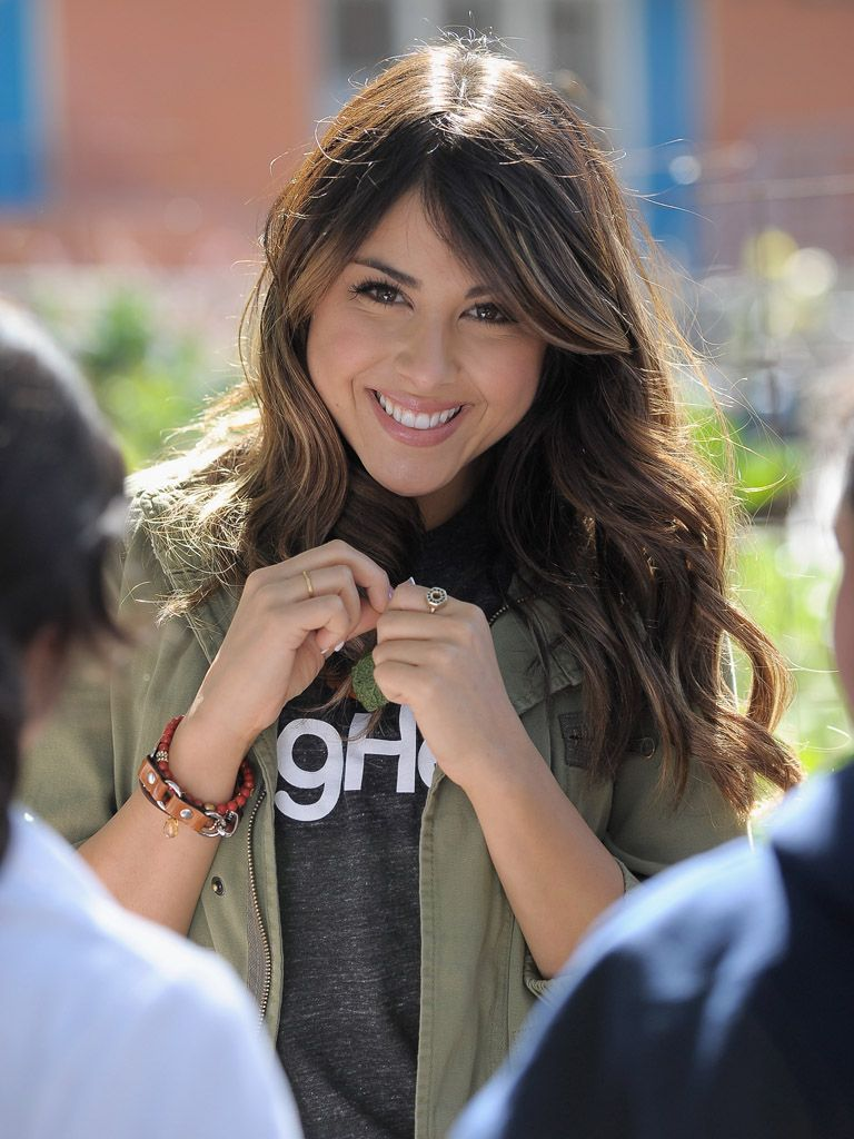 Big Help Makeover|Daniella Monet adorns some fabulous clothing on Victorious, but we think she looks amazing in her Big Help tee as she lends King Middle School and the environment a helping hand!