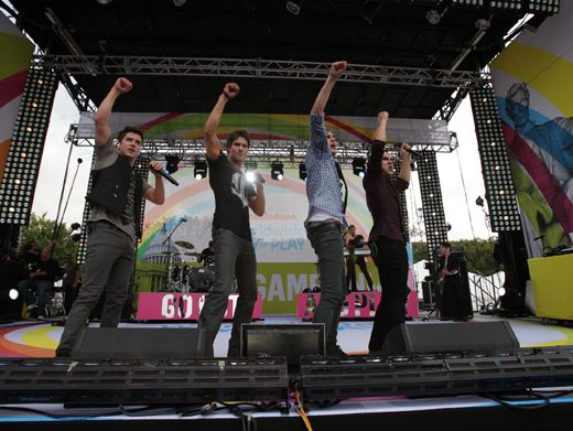 Hands Up!|BTR is teaching some boy band dance moves to their fellow celebs in the crowd. Everybody, right hand up!