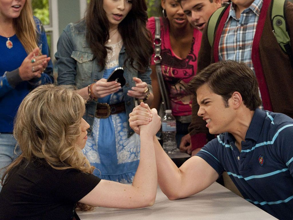 Sam Showdown|This moment was just so OMG funny. Sam creamed Freddie in an arm wrestling contest!