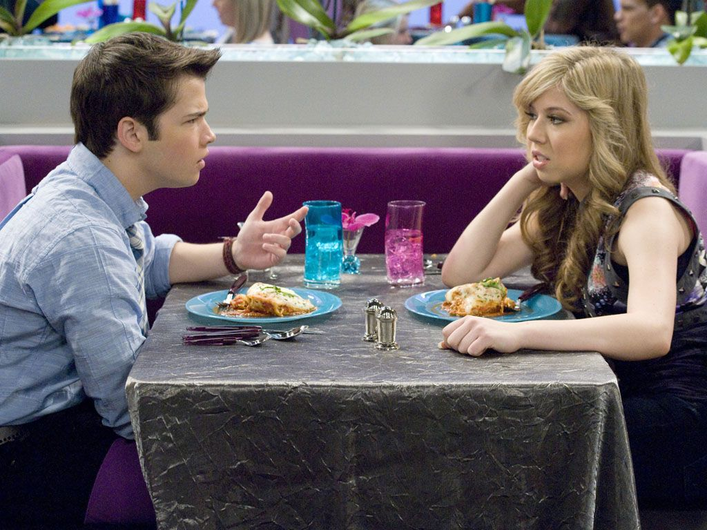 Dinner Date|Who would've thought? Sam and Freddie eating dinner together without any insults or bruises? We can't believe our eyes!