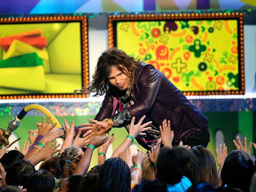 KCA Krowdsurfer|Steven Tyler gave a hundred high fives to happy fans before he got off the stage