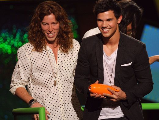 Winning Werewolf|Taylor Lautner accepted a blimp for Favorite Movie Actor for his shape-shifting stunts in the Twilight movies!