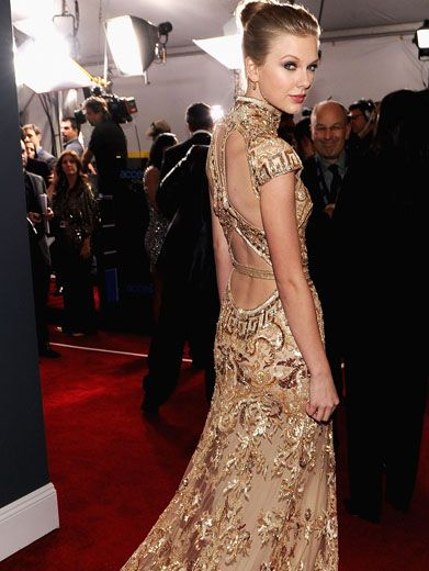 Golden Girl|Taylor really looks like she stepped out of a fairy tale in this gown fit for royalty!