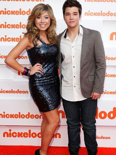 Glitter Glam|iCarly star Jennette McCurdy is literally shining on the Aussie Orange Carpet! And Nathan Kress looks just as cute hangin' on her arm!