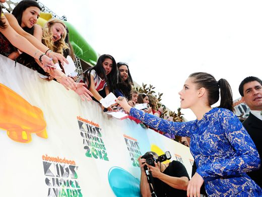 KCA 2012: Kristen Stewart Signs|Favorite Movie Actress Kristen Stewart shows her fans some love in blue lace.