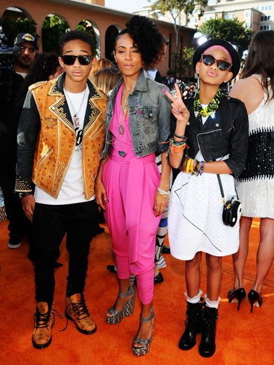 KCA 2012: Smithin'|Jada Pinkett is flanked by her beautiful brood. Jaden and Willow went on to present Favorite Male Singer to Justin Bieber.