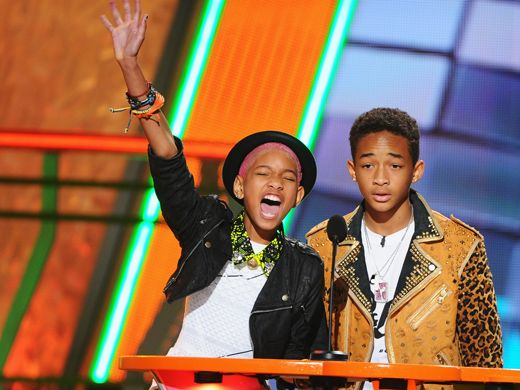 KCA 2012: Sharing is Caring|Sharing doesn't seem to be an issue between these siblings. Willow and Jaden present the Blimp for Favorite Male Singer to none other than their great friend, Justin Bieber!