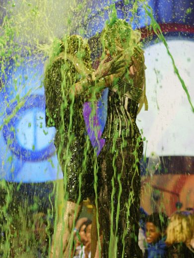 Operation Olsen|It's a twin sliming for the Olsens at the '04 KCAs.