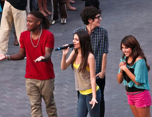 /nick-assets/shows/images/star411/blogs/images/victorious-flash-mob-1.jpg